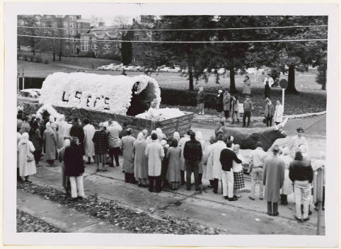 Homecoming_Junior_Class_float_honoring_the_Class_of_1949
